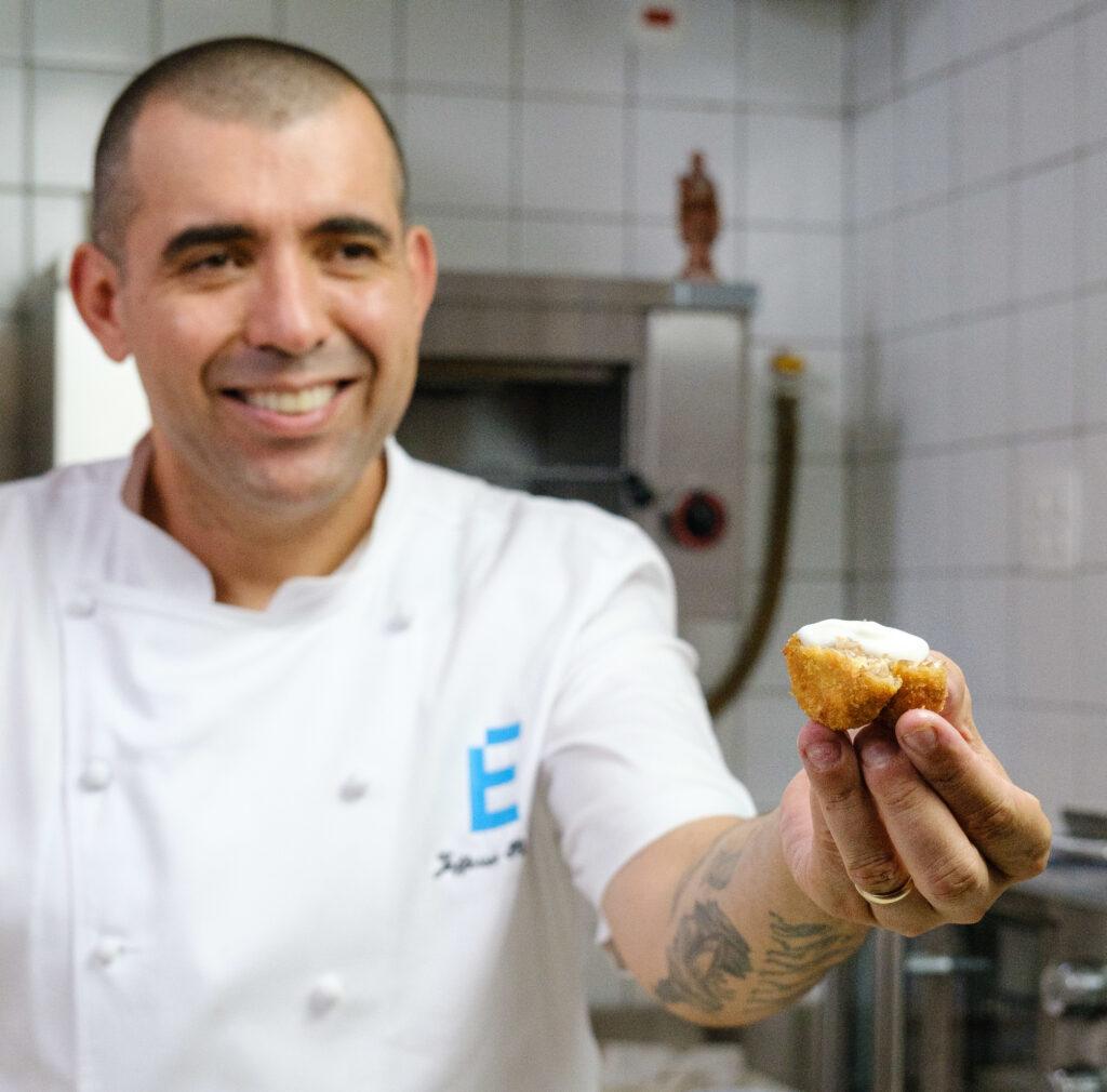 Jefferson Rueda oferecendo um nugget