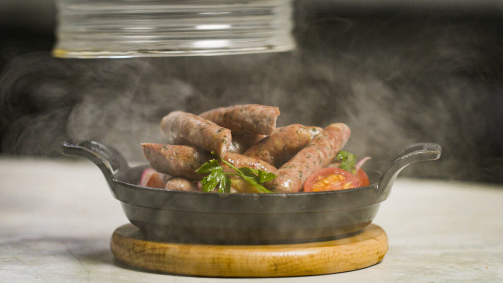 Linguiça de Porco CaipiraAqui Rueda ensina uma de suas maiores especialidades, fazer uma boa linguiça artesanal. Você terá o passo a passo completo desde a escolha da carne até o processo de embutir e preparo do prato.