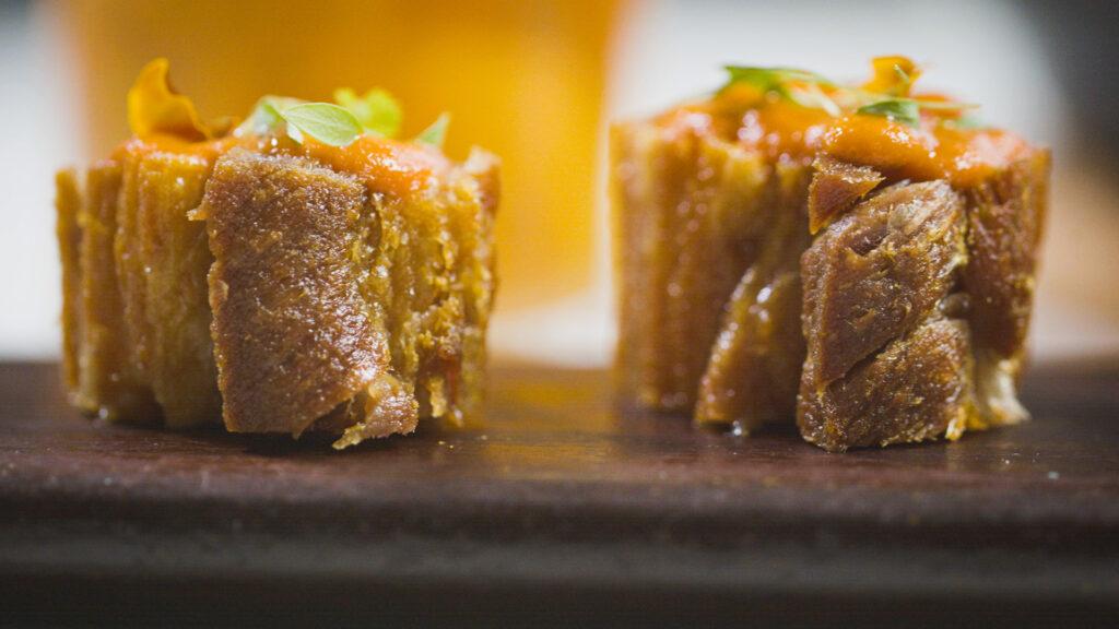 Torresmo de Pancetta Aprenda a fazer uma pancetta saborosa, crocante e bem pururucada. Uma receita que pode parecer simples, mas onde se aplicam técnicas profissionais e segredos de família.