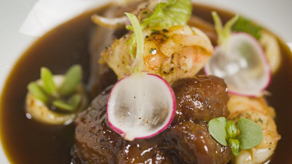 Cozido de Porco com Frutos do MarSurf and Turf é o nome usado na culinária para designar pratos que combinam proteínas da terra e do mar, com o objetivo de mesclar texturas e sabores. Esse cozido vai te apresentar a esse conceito de uma forma espetacular.