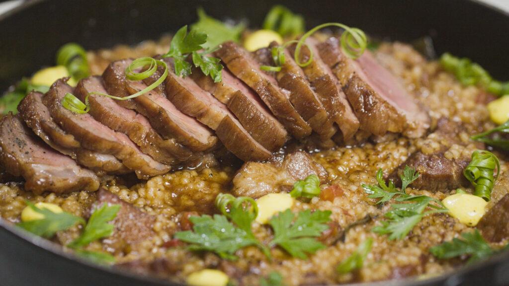 Arroz de SuãUma das receitas mais tradicionais do chef Rueda, esse arroz é cozido com lombo suíno e leva um saboroso caldo feito dos ossos. Além disso acompanha a famosa maionese de açafrão da Casa do Porco.